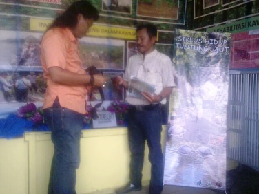 a volunteer distributed a brochure of Painted Terrapin conservation to visitors