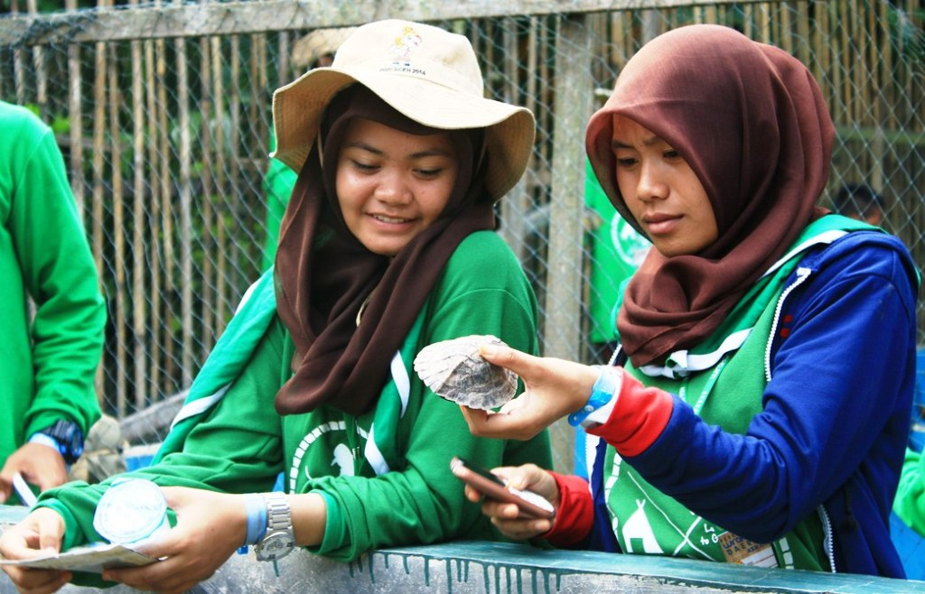 students handling the turtles