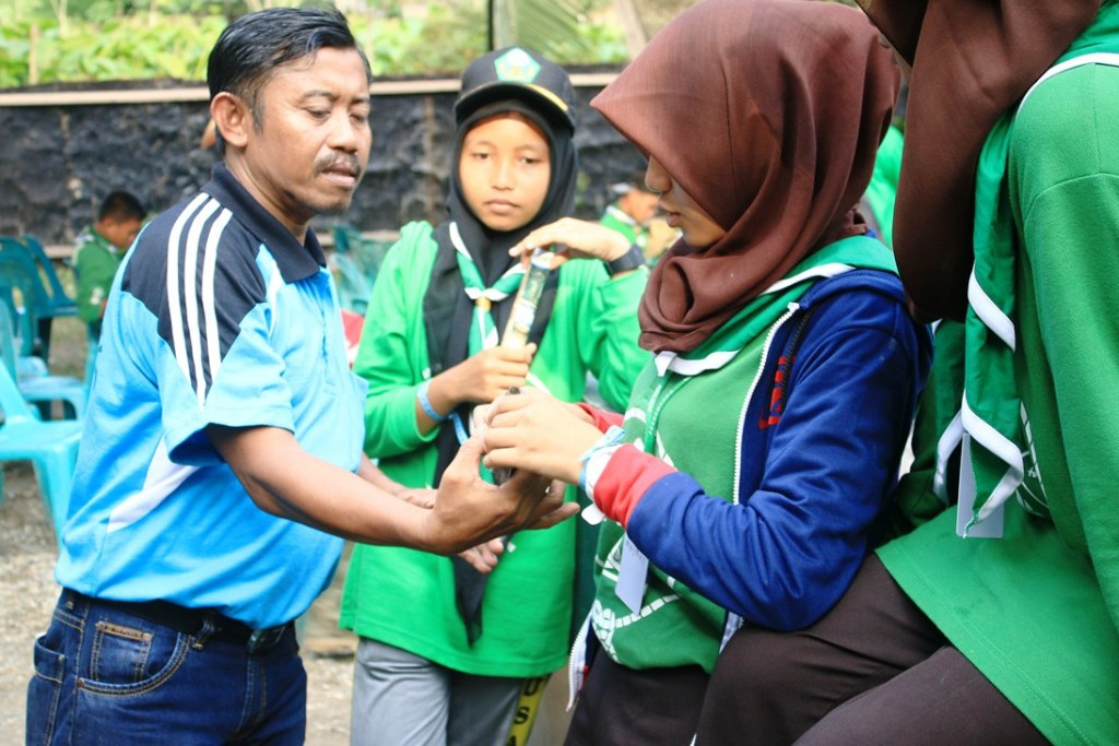 our facilitator explaining the hatchling of painted terrapin to students scout